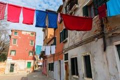Vicolo a Venezia con le corde da bucato Fotografia Stock