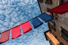 Vicolo a Venezia con le corde da bucato Fotografie Stock