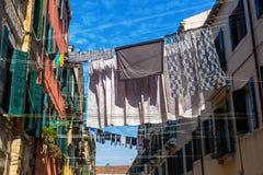 Vicolo a Venezia con le corde da bucato Fotografia Stock Libera da Diritti