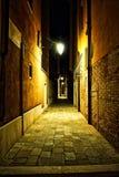 Vicolo vuoto di Venezia alla notte Fotografie Stock Libere da Diritti