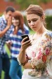 Victime d'adolescente de l'intimidation par le message textuel photos libres de droits