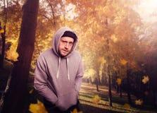Victime de attente de bandit en parc d'automne photographie stock