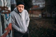 Victime de attente de voleur masculin sur la rue de nuit images stock