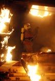 Victimes de recherche de sauveteur sur l'incendie images stock
