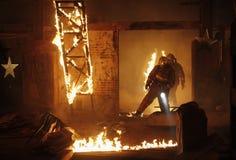 Victimes de recherche de sauveteurs sur l'incendie Photo libre de droits