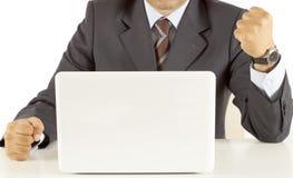 Victoire d'homme d'affaires aux achats d'Internet Photos stock