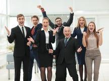 Victoire dans les affaires Équipe heureuse d'homme d'affaires et d'affaires sur l'offi Photo libre de droits