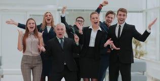Victoire dans les affaires Équipe réussie d'affaires dans le bureau Image stock