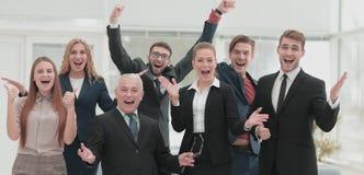 Victoire dans les affaires Homme d'affaires et équipe heureux sur l'offi Image libre de droits
