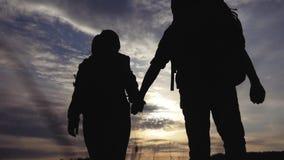 Victoire de concept de voyage d'affaires de travail d'?quipe Couplez l'homme et la femme sautent la silhouette de main de prise d clips vidéos
