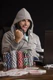 Victoire en ligne de joueur de poker d'isolement sur le noir Photographie stock
