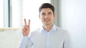 Victoire, homme réussi dans le bureau, d'intérieur banque de vidéos