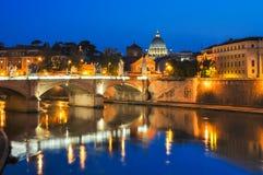 Victor Emmanuel-Brücke über Tiber-Fluss mit St- Peter` s Kathedrale als Hintergrund nachts, Rom, Italien Lizenzfreie Stockfotos
