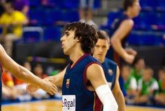 Victor Sada spielt againts TAU Vitoria-Basketball-Team Lizenzfreies Stockbild