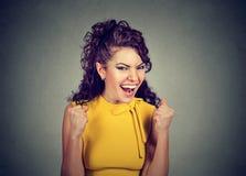 victor szczęśliwy Kobieta exults pompujący pięść świętuje sukces Obraz Stock