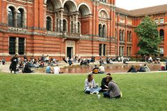 People spending their sunday afternoon in the courtyard at the Victoria and Albert Museum in London. Victoria and Albert Museum, the John Madejski Garden. V&A stock photo