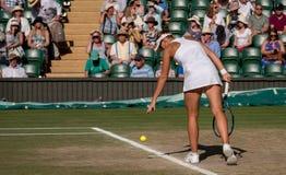 Victoria Azarenka som spelar mixeden som är sista på mittdomstolen, Wimbledon Royaltyfri Foto