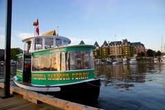 Victoria, BC, de havenveerboot van Canada met Keizerinhotel in Binnenhaven Stock Foto