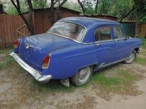 Victoria de Volga del coche, una rareza en camino, en buenas condiciones Foto de archivo libre de regalías