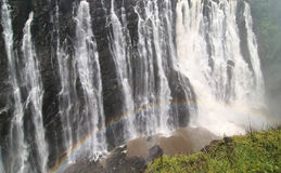 Victoria Falls mit buntem Regenbogen Stockbilder