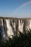Victoria Falls in Oktober met regenboog kruising Royalty-vrije Stock Foto's