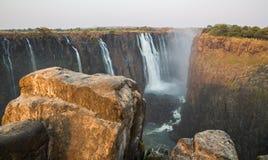 Victoria Falls, punto di vista del lato dello Zambia dallo Zimbabwe Immagine Stock