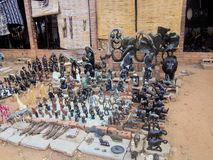 VICTORIA FALLS SIMBABWE - 24. OKTOBER: Statuetten geschnitzt von Stein, 24 10, 2014 Markt in Victoria Falls Zimbawe Lizenzfreie Stockfotos