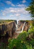 Victoria Falls Zambia, med den blåa skyen Arkivfoto