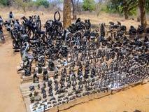 VICTORIA FALLS ZIMBABWE - OKTOBER 24: statyetter som snidas från sten, 24 10 2014 marknadsplats i Victoria Falls Zimbawe Arkivfoto
