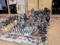VICTORIA FALLS ZIMBABWE - OKTOBER 24: statyetter som snidas från sten, 24 10 2014 marknadsplats i Victoria Falls Zimbawe Royaltyfria Foton