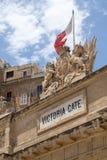 Victoria Gate-Carvings und maltesische Flagge, Valletta, Malta Stockbild