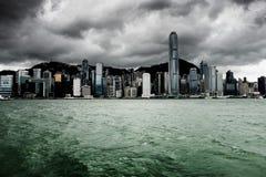 Victoria hamn i Hong Kong för häftiga regnet arkivfoto