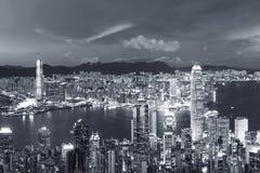 Victoria Harbor av den Hong Kong staden på skymning Royaltyfria Foton