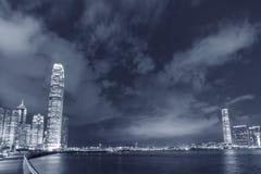 Victoria Harbor av Hong Kong City på natten Arkivbilder