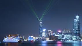 Victoria Harbor av Hong Kong City på natten Arkivbild