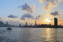 Victoria Harbor av Hong Kong på solnedgången Arkivfoton