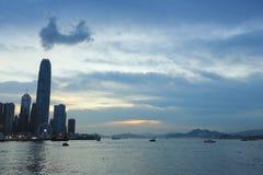 Victoria Harbor avec le ciel clair et les gratte-ciel urbains Photos libres de droits