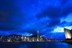 Victoria Harbor i Hong Kong på natten Royaltyfri Bild