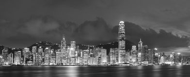 Victoria Harbor i Hong Kong på skymning Royaltyfria Bilder