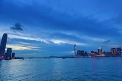 Victoria Harbor med klar himmel och stads- skyskrapor Fotografering för Bildbyråer