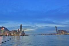 Victoria Harbor med klar himmel och stads- skyskrapor Royaltyfri Fotografi