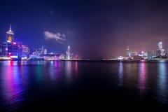 Victoria Harbour de Hong Kong en la noche Foto de archivo libre de regalías
