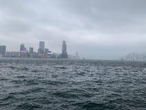 Victoria Harbour directa al océano azul con las pequeñas ondas fotografía de archivo