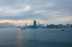 Victoria Harbour en de horizon van Hong Kong Stock Afbeelding
