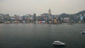 Victoria Harbour et Hong Kong Skyline occupés au crépuscule - Hong Kong China banque de vidéos