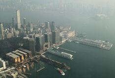 Victoria Harbour, Hong Kong avec la brume Images stock