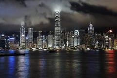 Victoria Harbour, Hong Kong, la nuit avec de bas nuages Photos stock