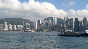 Victoria Harbour med den commerical mitten i Hong Kong arkivfilmer