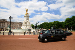 Victoria Memorial and black cab Royalty Free Stock Photo