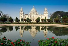 Victoria Memorial, Kolkata, India - bezinning over water. Stock Foto